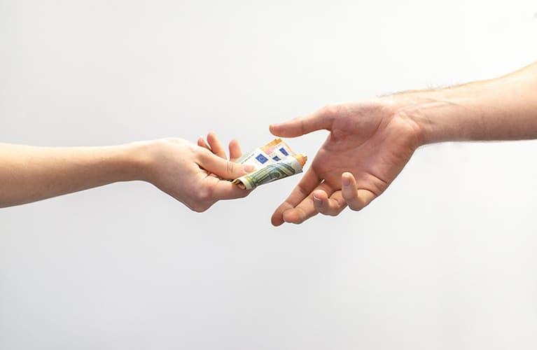 geld wird von einer hand in eine andere uebergeben mobil