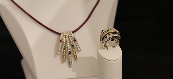 gold silberne kette und ring mit farbigen edelsteinen