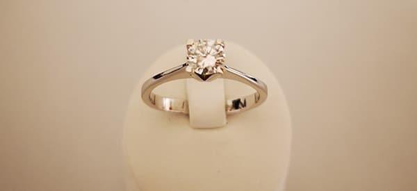ring mit quadratischem diamanten